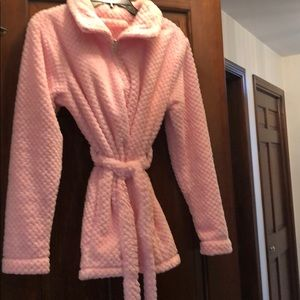 Woman's short  pink robe with front zipper size M